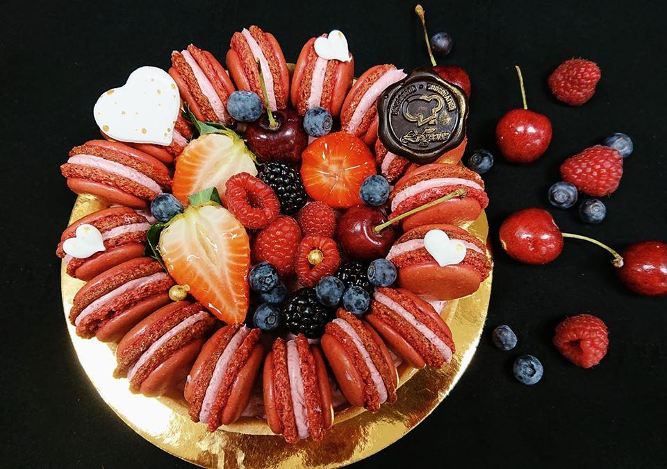 gâteau macaron aux fruits sur fond noir